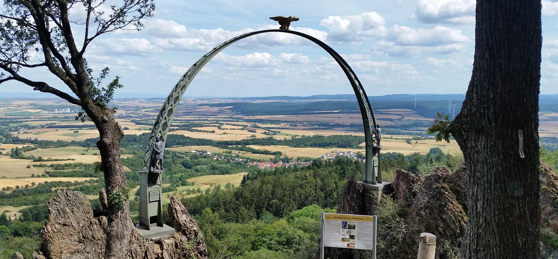 Blick durch den Adlerbogen am Donnersberg